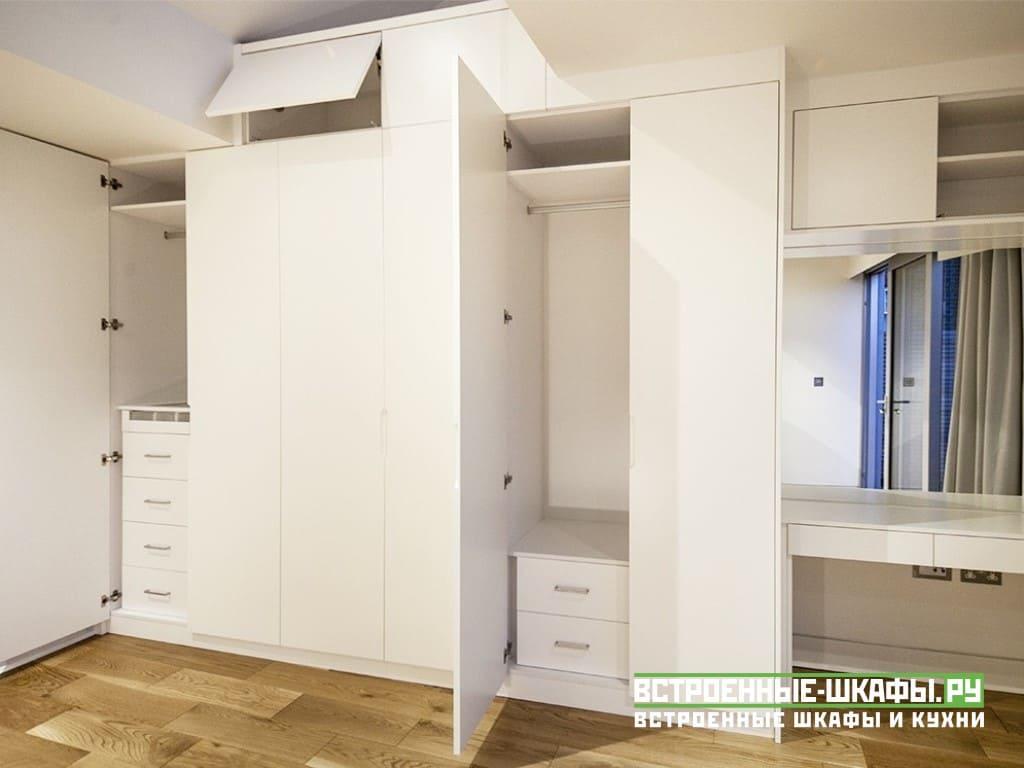Встроенный шкаф во всю стену с макияжным столиком