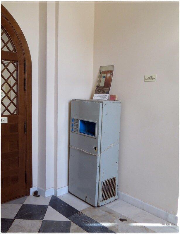 В действующем храме осталось наследие молокозавода — сохранившийся с советских времён автомат, который разливал молоко