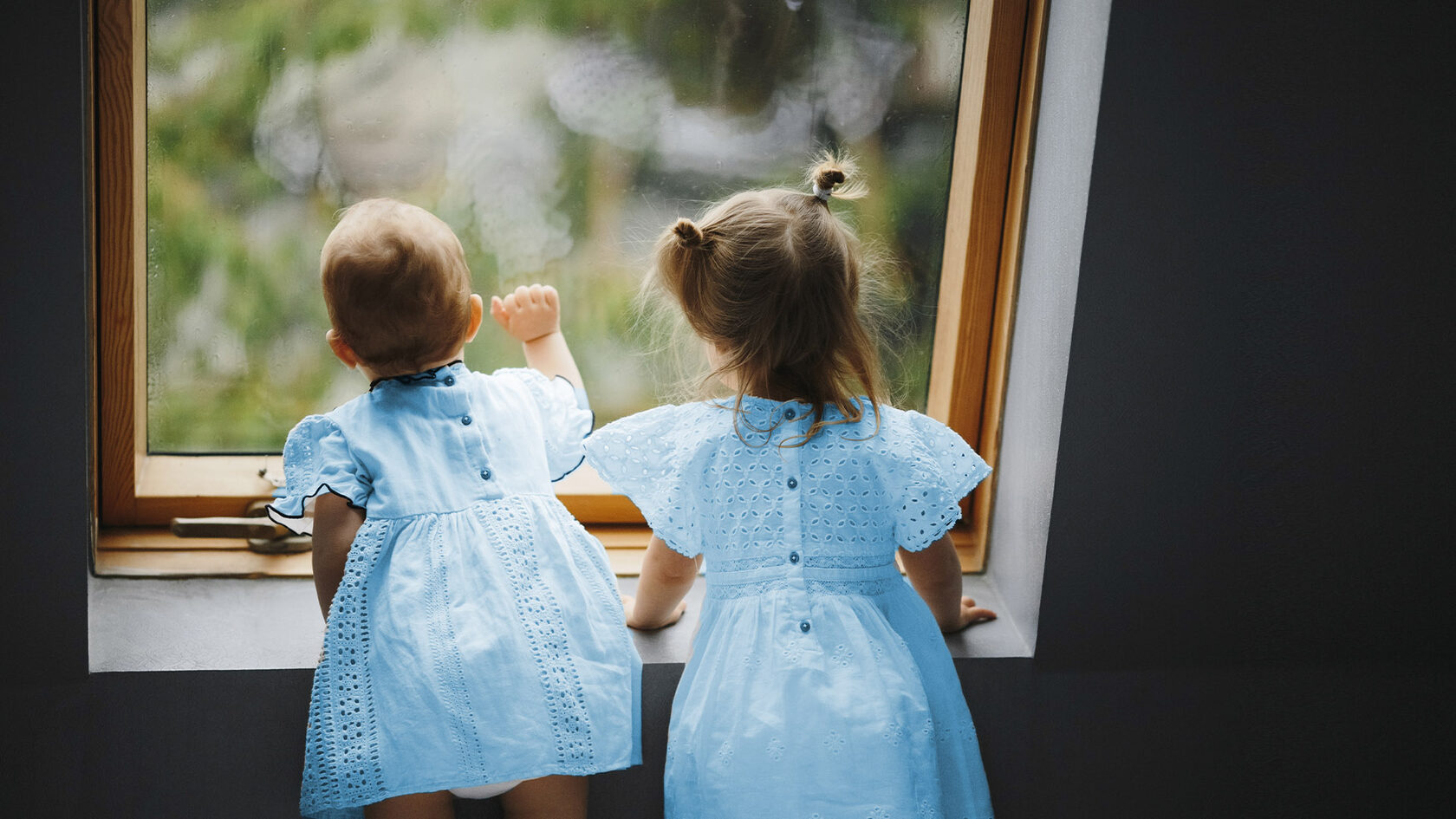 Дети у окна
