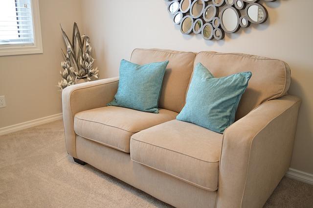 диван бежевого кольору із блакитними подушками