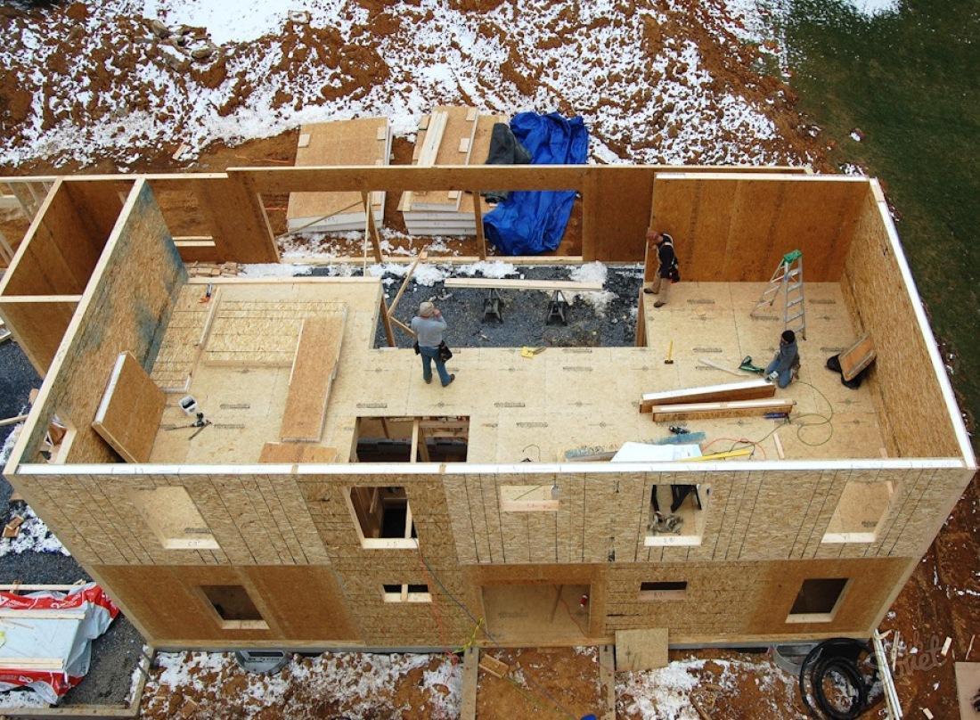 В ближайшие дни у дома должен появиться чердак, лестницы, крыша, и окна.
