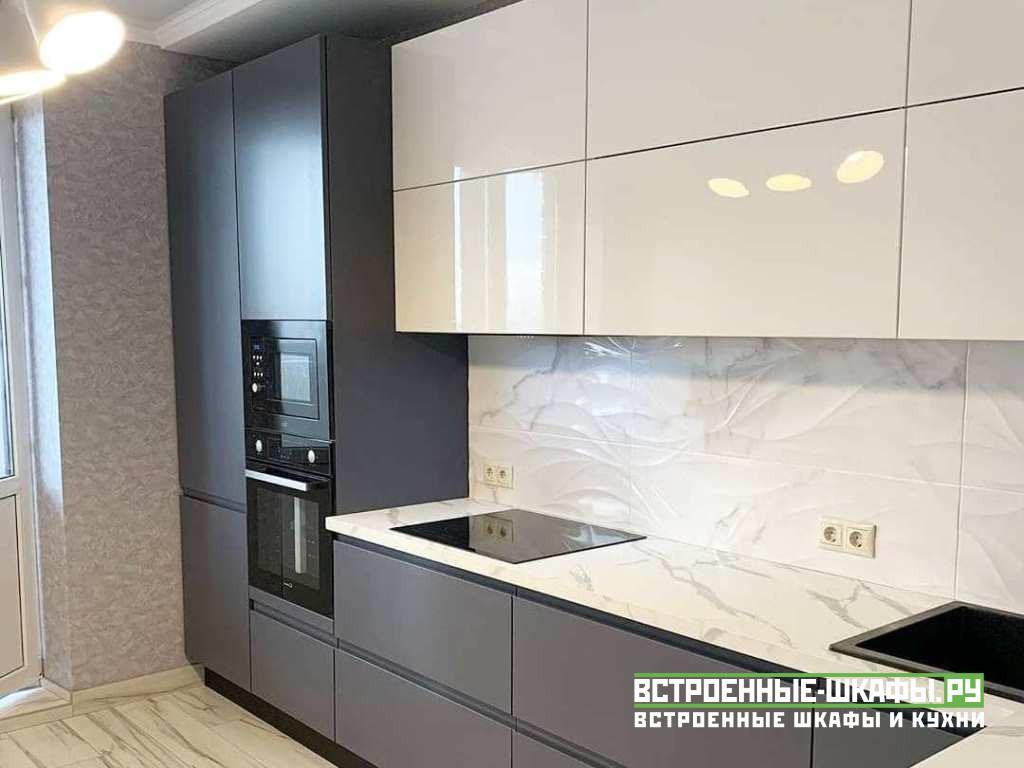 Встроенная кухня на заказ со складными дверями на верху