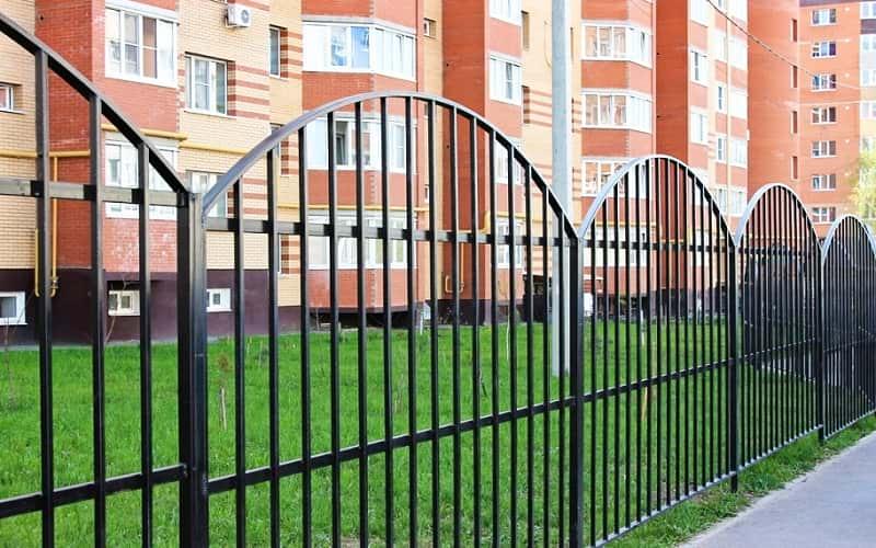 Сварной забор с арочными секциями