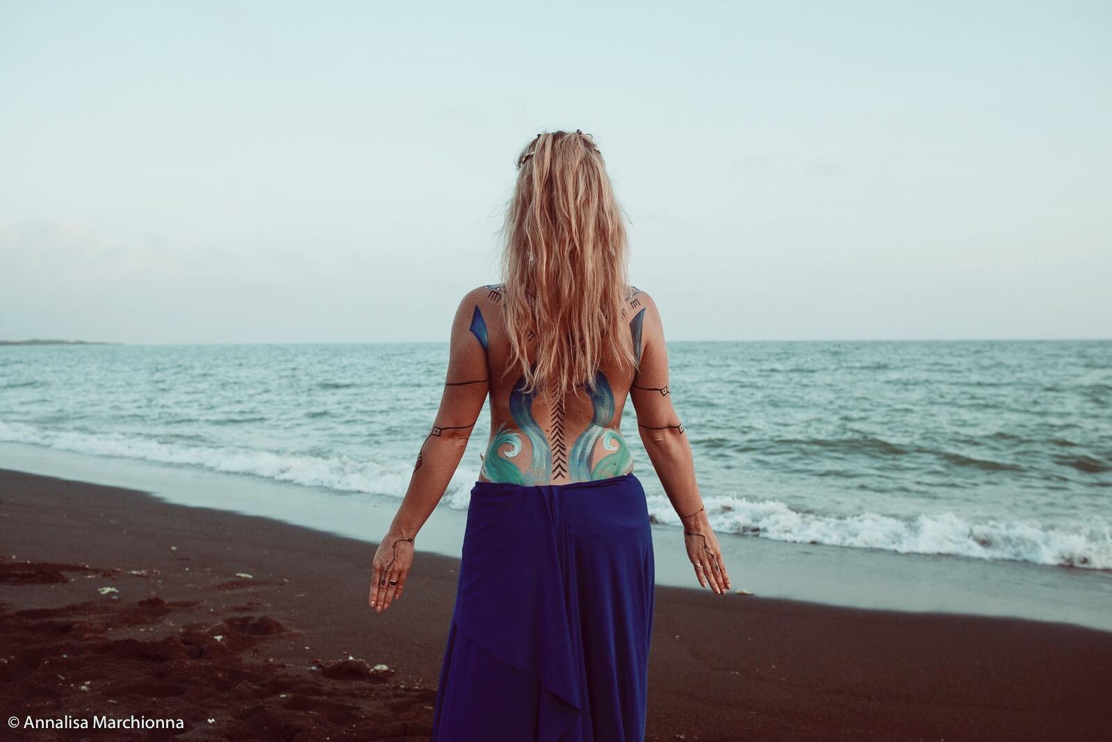 Maya Vassallo Di Florio di spalle