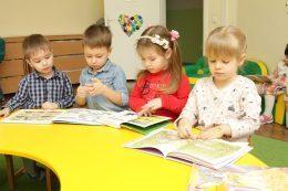 Дети учатся читать в садике Изумруд