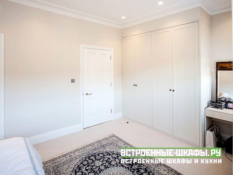 Встроенный шкаф с распашными дверями в классическом стиле
