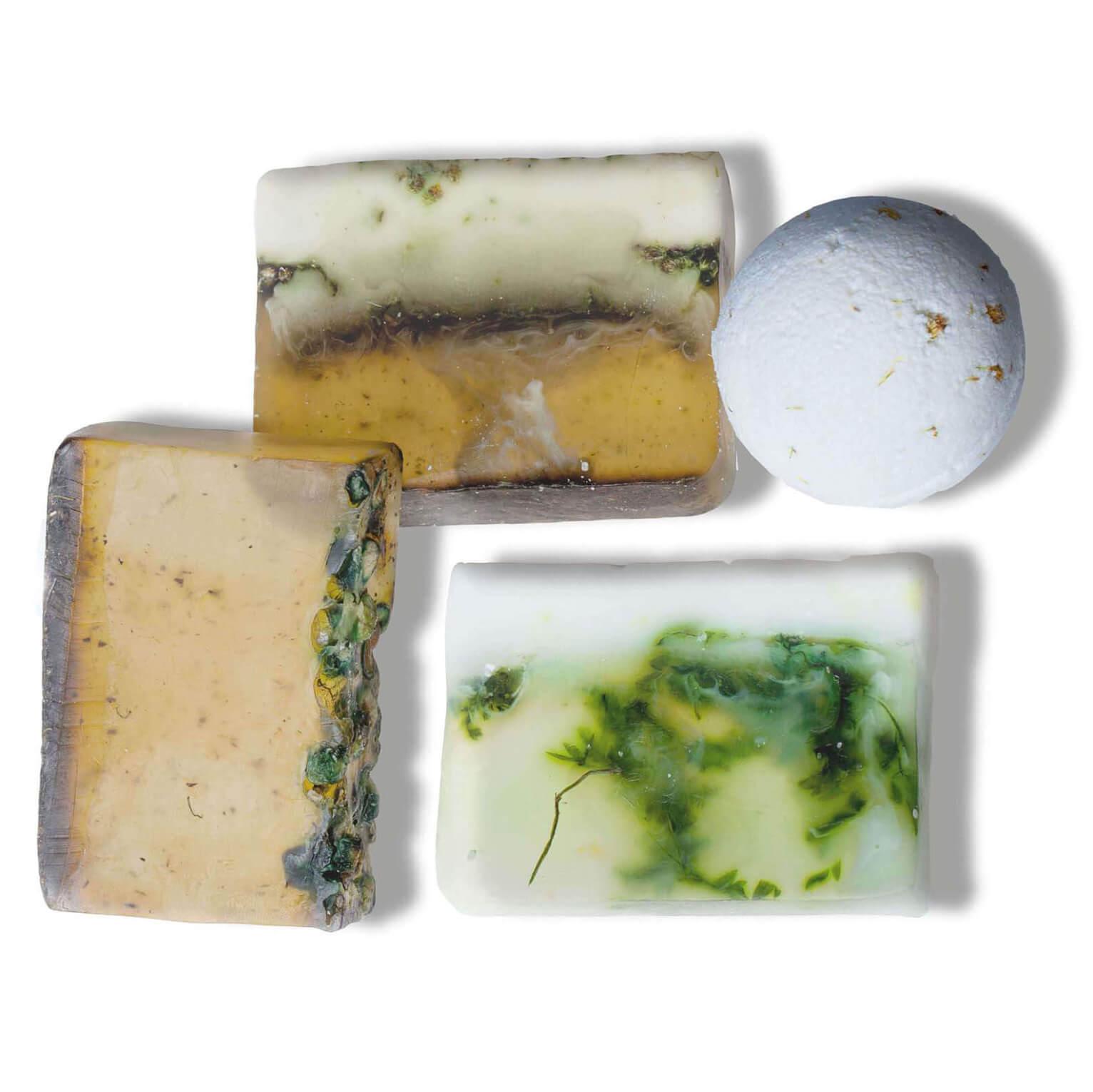 """Набор """"Тонус"""" из трех кусков мыла и бомбы для ванны с ароматами: бергамот, грейпфрут, чабрец и ветивер. Микс этих запахов тонизирует, бодрит и настраивает на новые победы. Идеальный выбор для утренней бьюти-рутины - мыло подходит для умывания и отлично увлажняет кожу. А бодрящая бомба для ванны пригодится перед насыщенным вечером и придаст новых сил."""