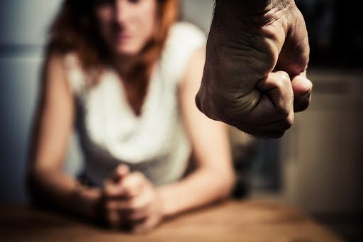 Как распознать и прекратить экономическое домашнее насилие?