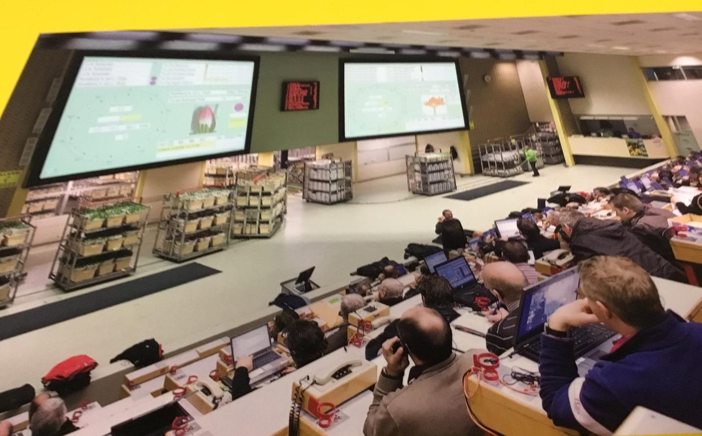 На фото – зал, где проводится голландский аукцион цветов