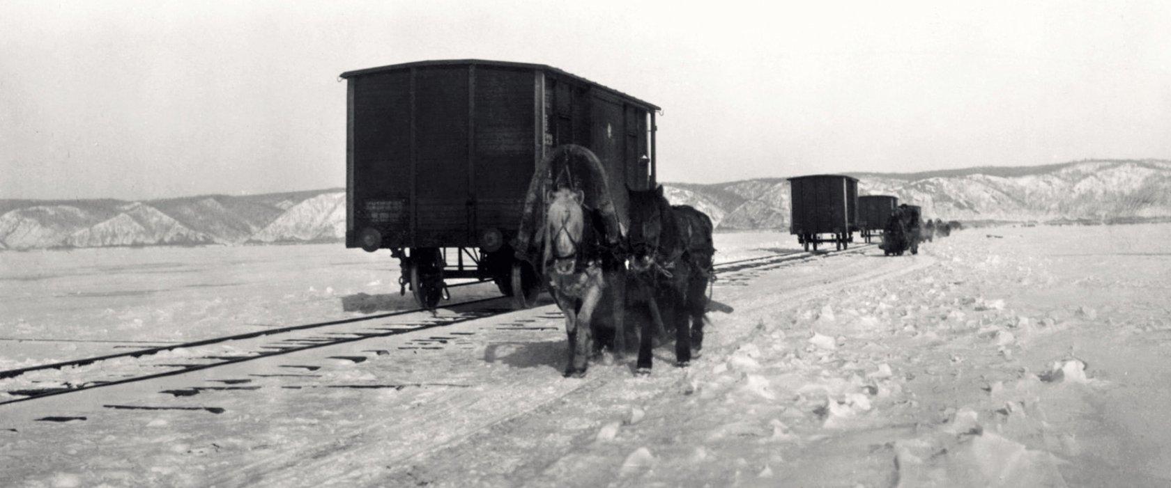 Байкальская переправа. Рельсовый путь по льду