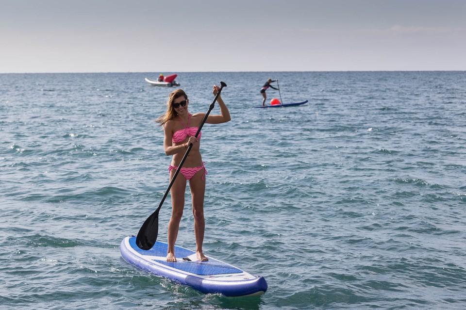 Попробуйте этот вид активного отдыха — сапсерфинг! Мягкое скольжение по воде, прохлада морского бриза и встреча с дельфинчиками. И даже если вы никогда не практиковали этот вид спорта, будьте уверены — у вас точно получится!