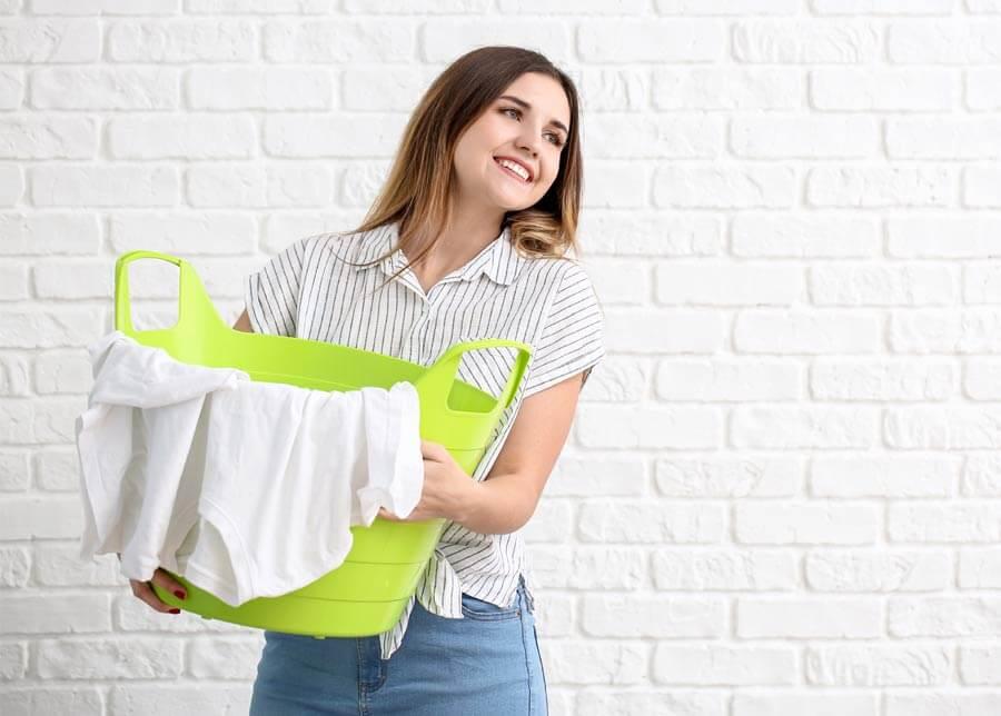 Вижте лесни трикове за избелване на оцветени бели дрехи.