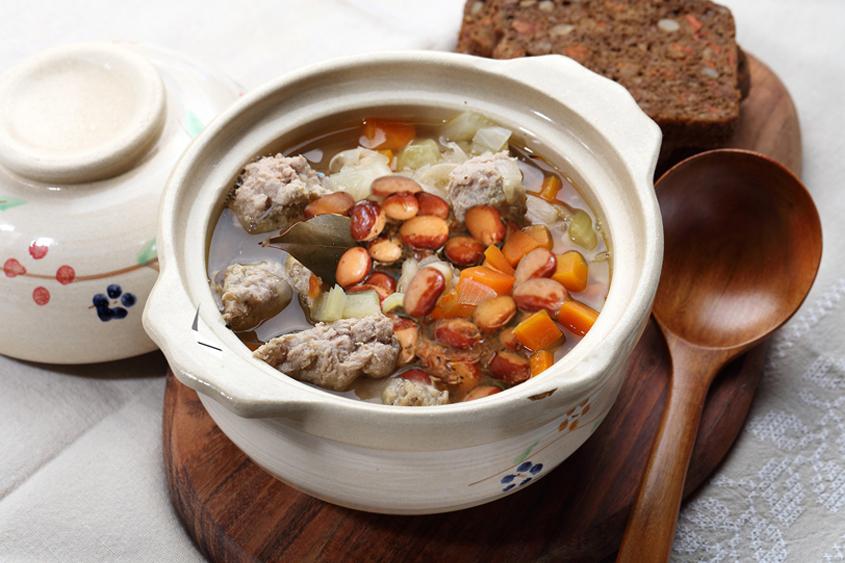 Бавно готвен боб Калипсо Krina със свинско и зеленчуци в глинен съд