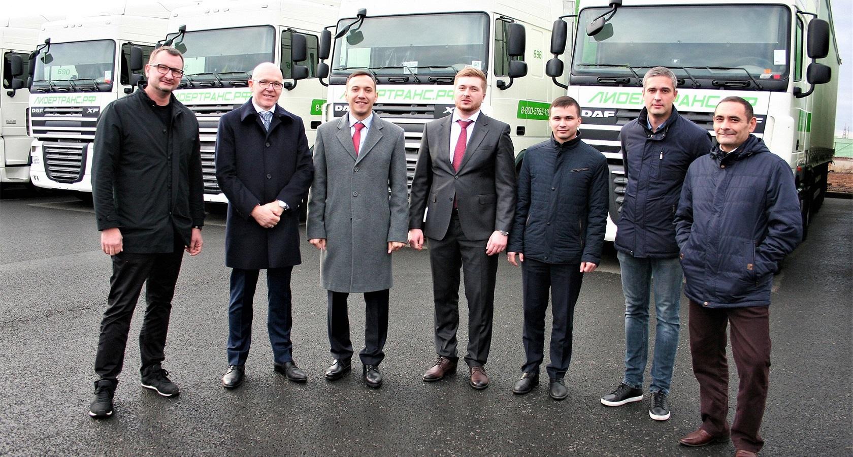 Глава DAF Trucks Rus Ари Хендрикс лично поздравил учредителя «ЛидерТранс» Михаила Устюжанина с получением очередной партии техники (фото: DAF trucks)
