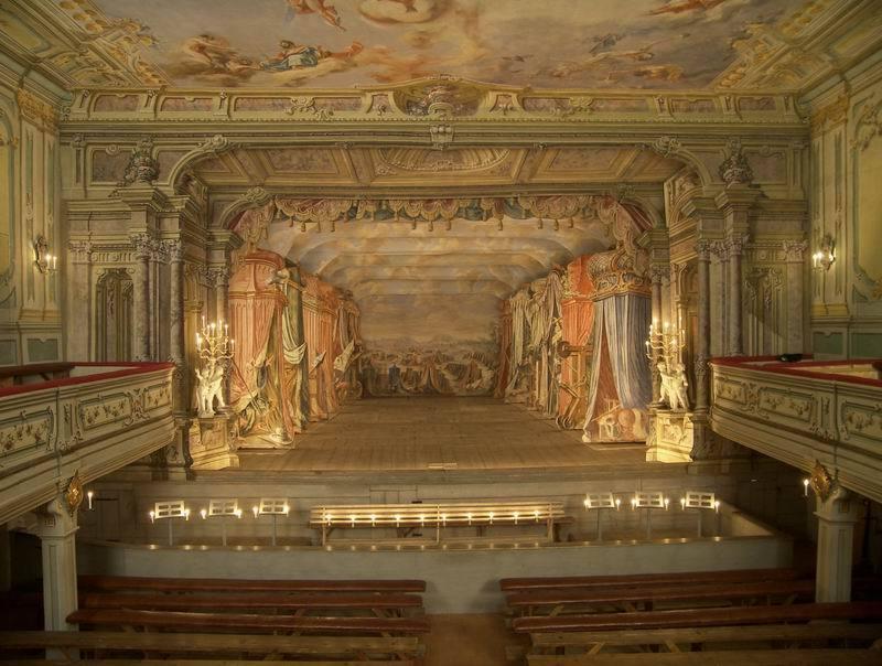 Именно сцену-коробку мы представляем, когда слышим слово «театр»
