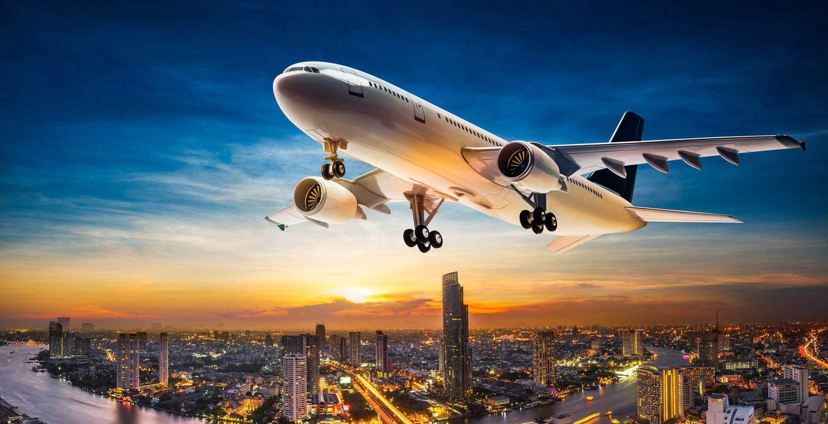 самолет летит на фоне города фото текирова место, где
