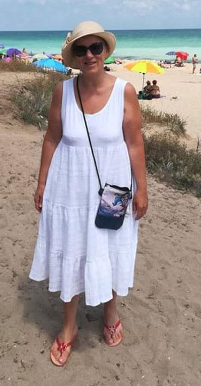 Памучна бяла рокля без ръкав и с волани, подходяща за плажа и лятото