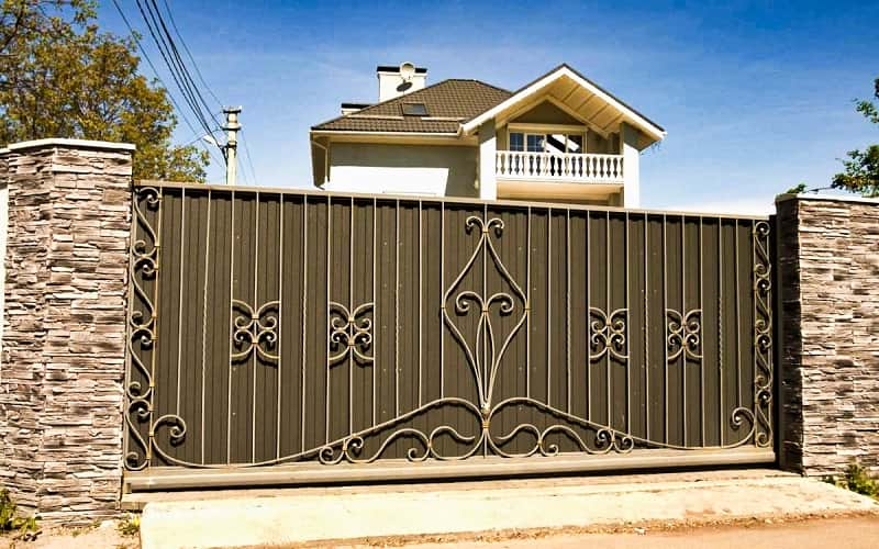 Откатные ворота из профнастила с коваными элементами
