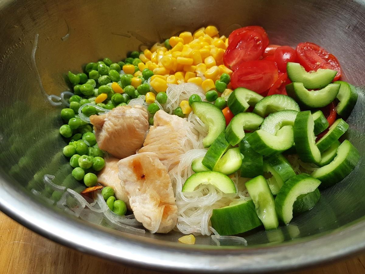 Салат с курицей и лапшой в азиатском стиле. Фото рецепт.