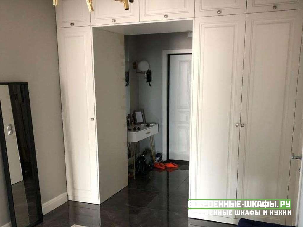 Встроенный распашной шкаф перегородка вокруг двери