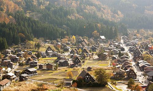 Традиционная японская деревня в осенний солнечный день