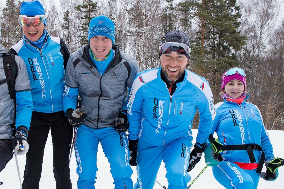 Компания PRO TRENER зимой на тренировке на лыжах