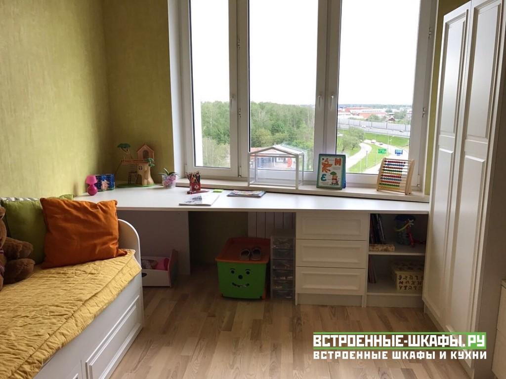 Мебель в детскую комнату с письменным столом вдоль окна