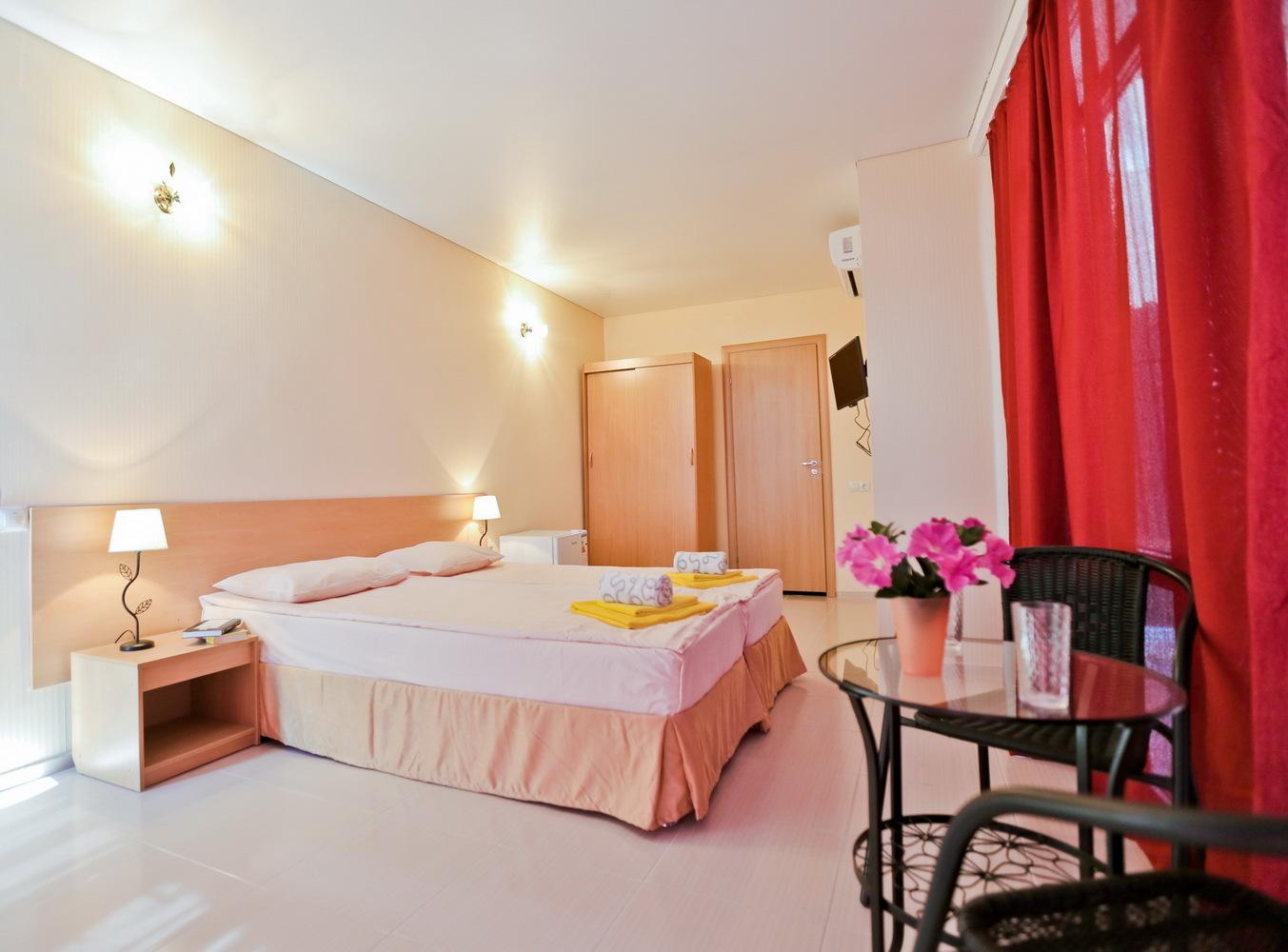 Мебель двухместного номера с видом на море в отеле Марсель, Лермонтово