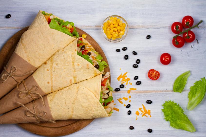 Мексиканско бурито с черен боб Krina, пилешко и царевица