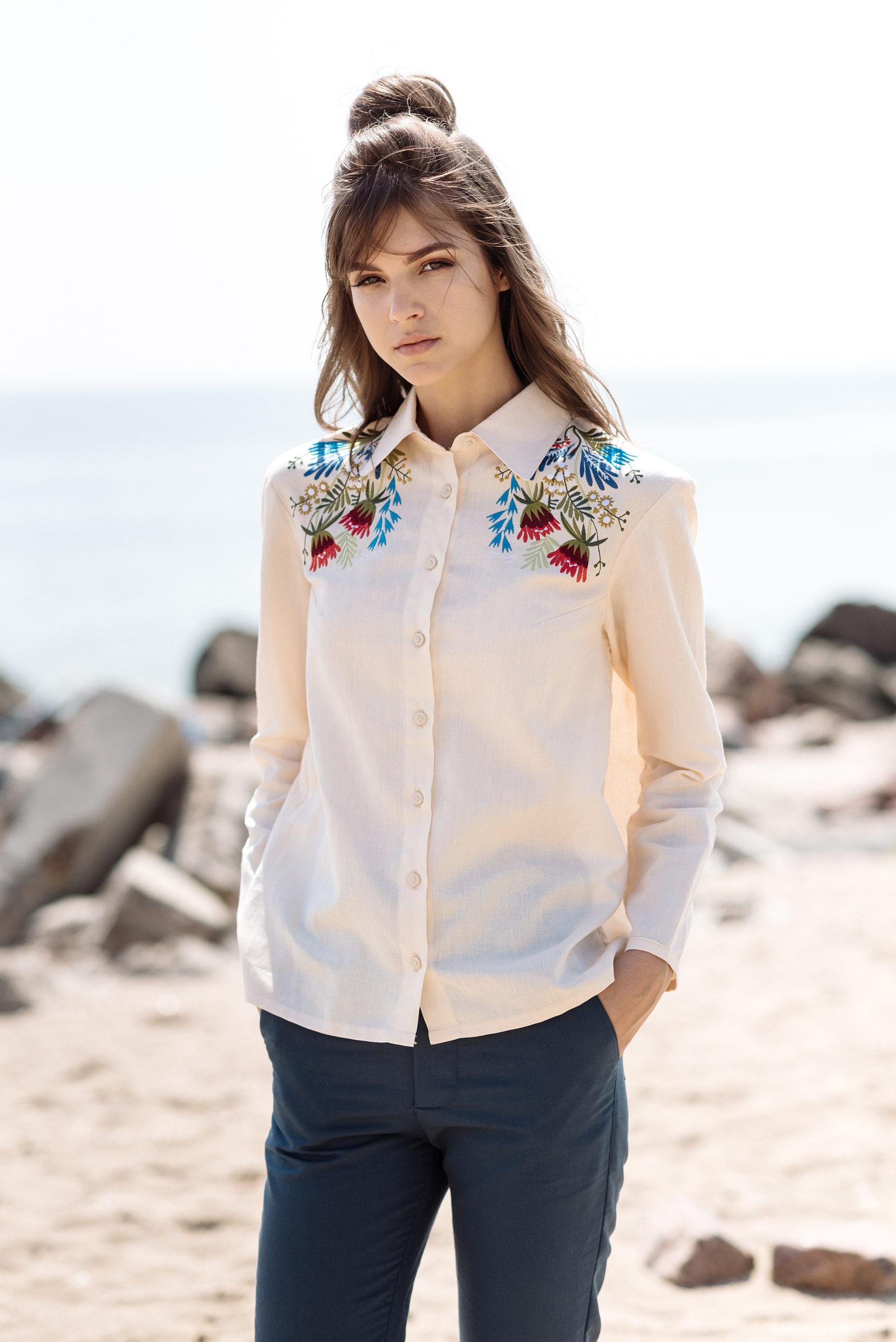 2930fc2c4966cb Біла сорочка з гарним квітковим орнаментом – основа жіночого гардеробу.  Одяг не лише має стильний та привабливий вигляд, а й має оберегові  властивості, ...