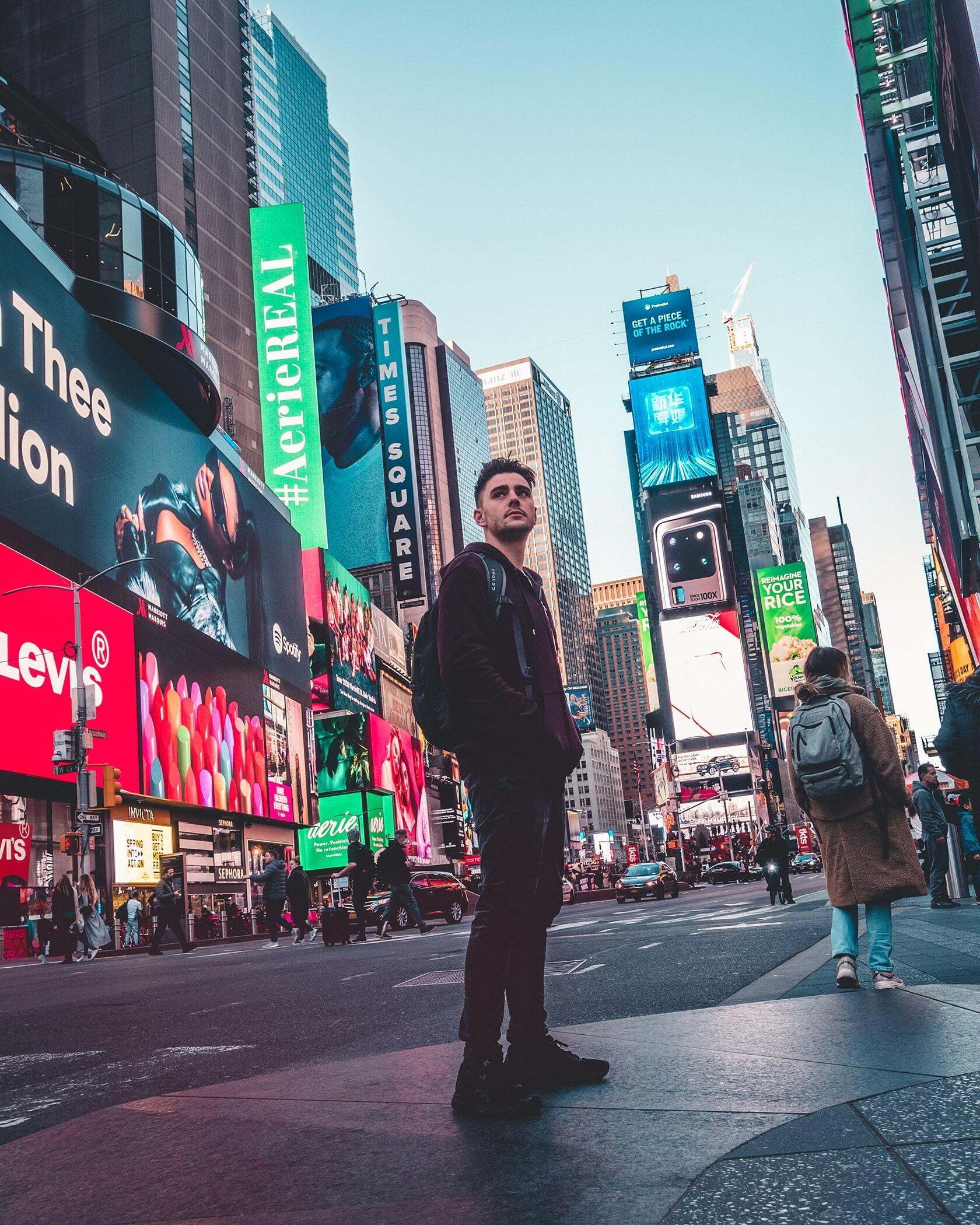 Foto van persoon in New York Time Square uit fotografie collectie mensen van Simon Wijers