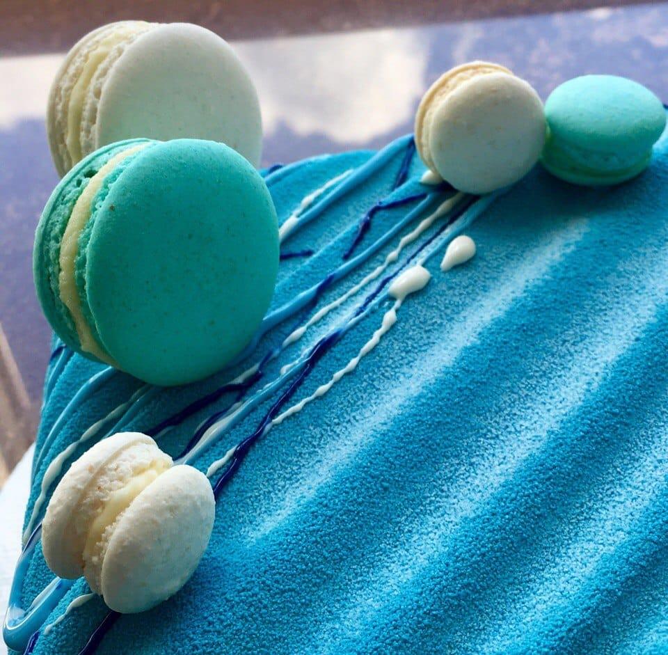 Декор торта пирожными Макаронс
