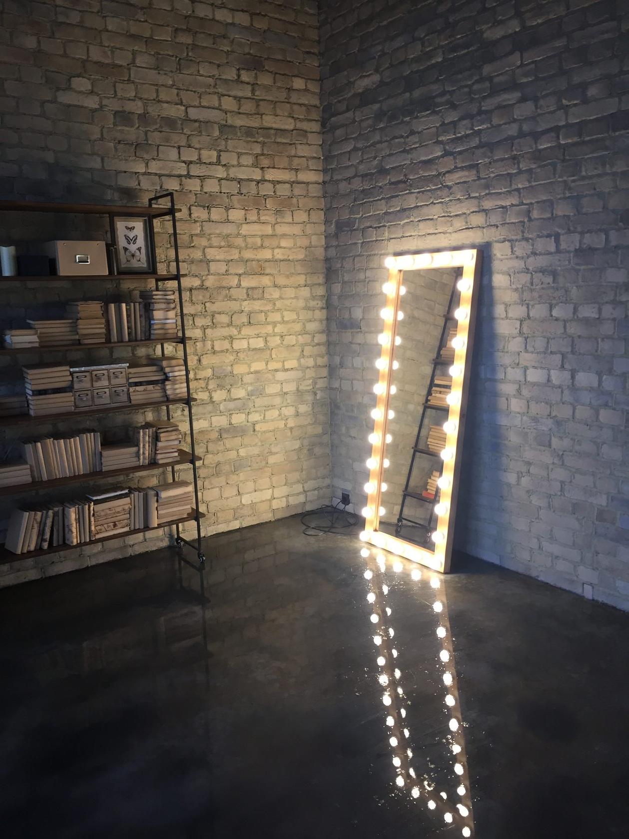 Гримерное зеркало рама массив ольхи, цвет орех выключатель справа провод 3 метра