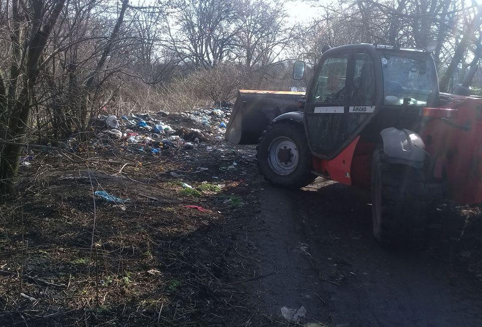 Прибирання сміттєзвалища у Карлівці активістами Партії Шарія - фото