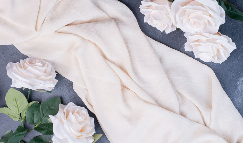 Вижте особености на синтетични тъкани като найлон, полиестер, акрил, спандекс, букле, еко кожа и други в блога на Efrea.