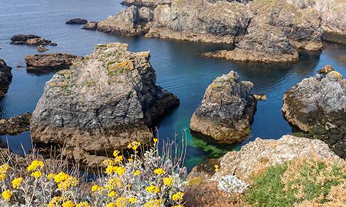 Многочисленные красивые скалы окружающие остров Бель-Иль