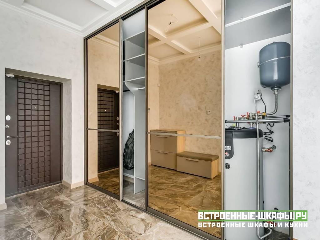 Встроенный шкаф купе с зеркалами в прихожей частного дома
