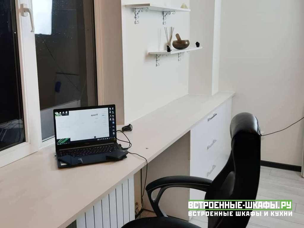 Стеллаж со столом и тумбами вокруг окна
