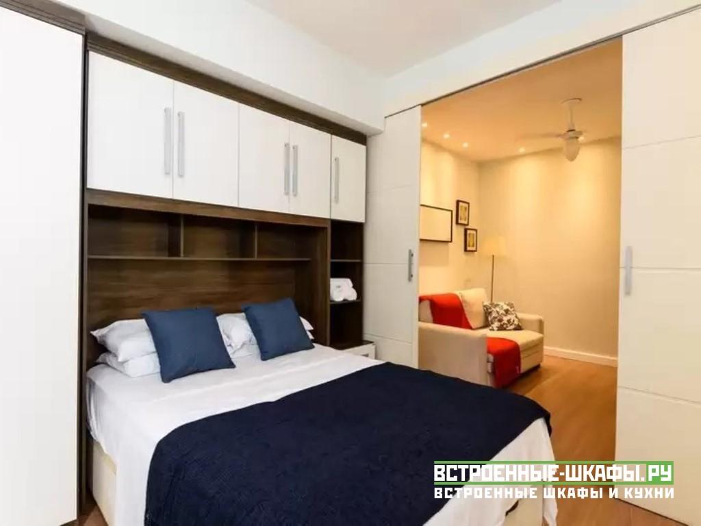 Шкаф вокруг кровати в спальне с антресолью над изголовьем
