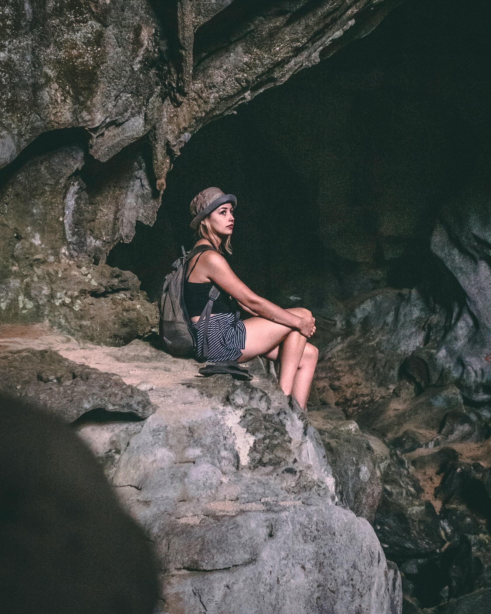 Foto van een persoon, zittend in een grot uit fotografie collectie mensen van Simon Wijers