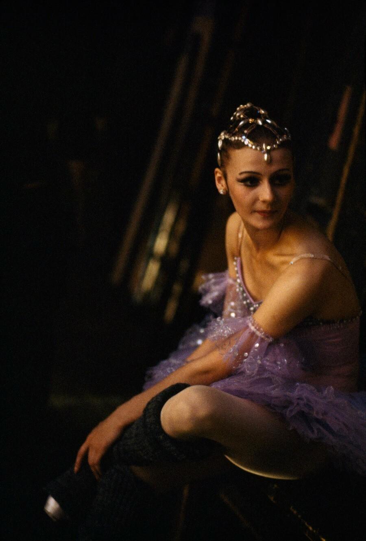 Танцовщица готовится к балетному конкурсу в Москве, 1978. Фотограф Гордон Гаан