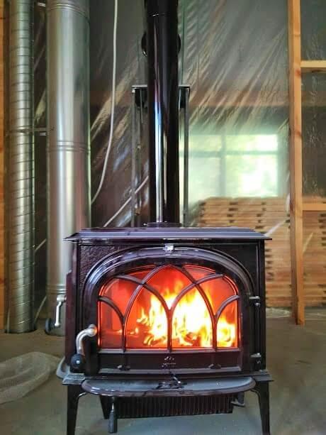 Дымоход от камина в деревянном доме.