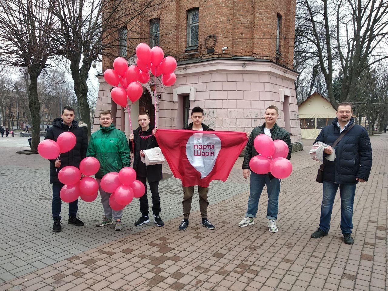 Активисты Партии Шария в Виннице поздравили жительниц города с 8 Марта