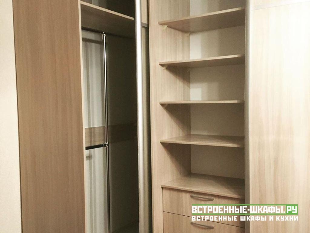 Угловой шкаф купе с вешалкой и полками для вещей
