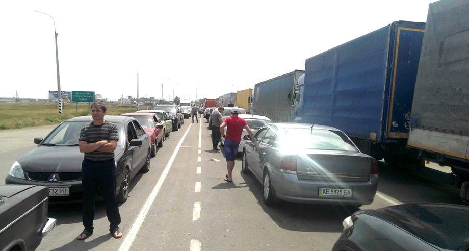 На сегодня 40% времени простоя грузового транспорта приходится на пребывание в зоне автомобильных пунктов пропуска (фото: YouTube)