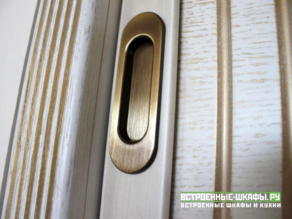 Встроенный шкаф купе зеркальный с вставками из массива дерева