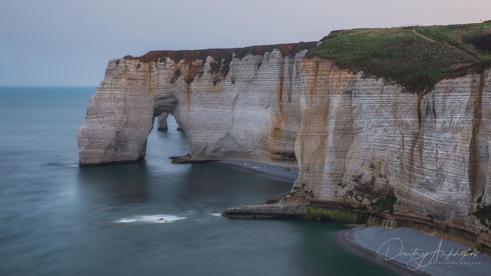 Меловые арки Нормандии ранним утром