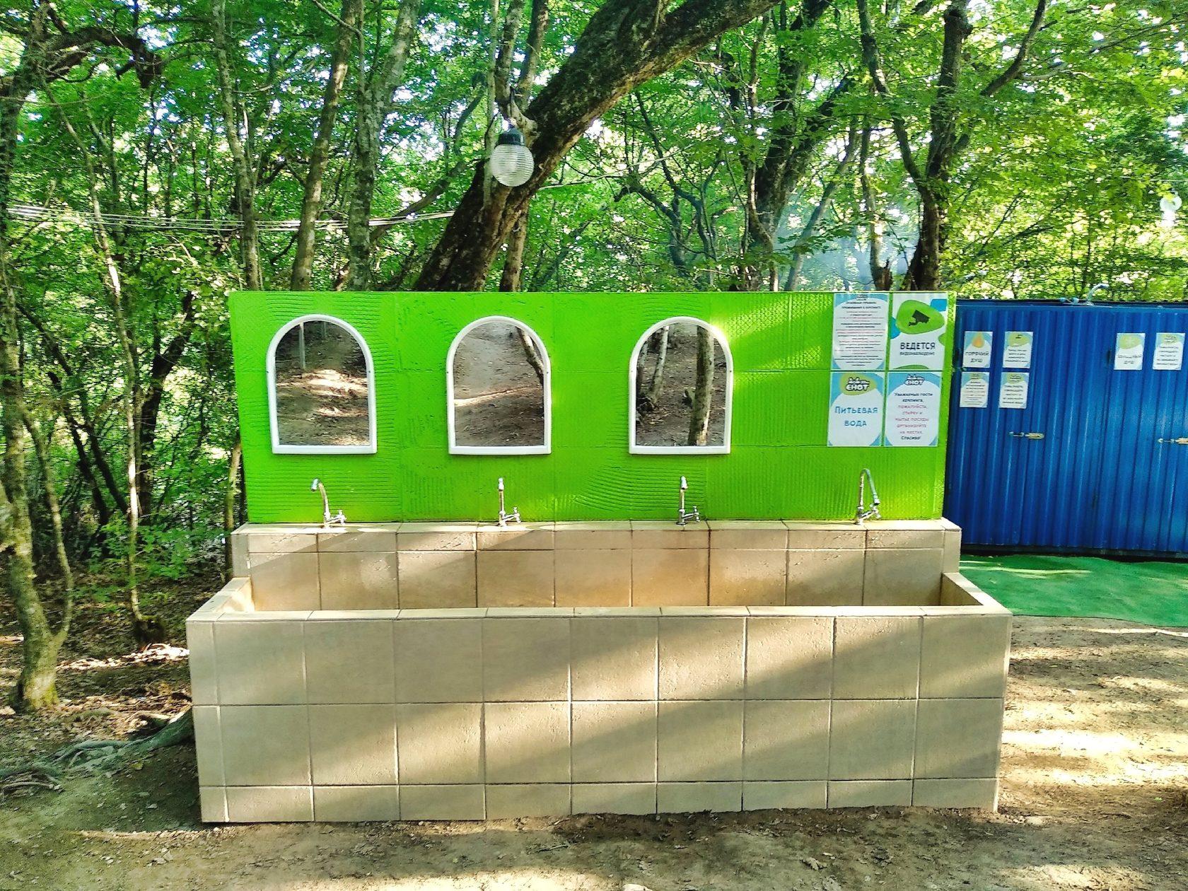 Место набора питьевой воды в кемпинге Енот, Лермонтово