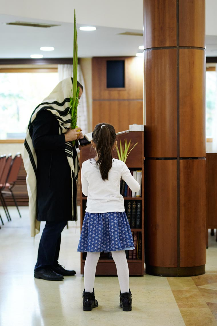 Молящийся с растениями и девочка в синагоге Бейс Менахем. Фото Koldunova + Klyosov