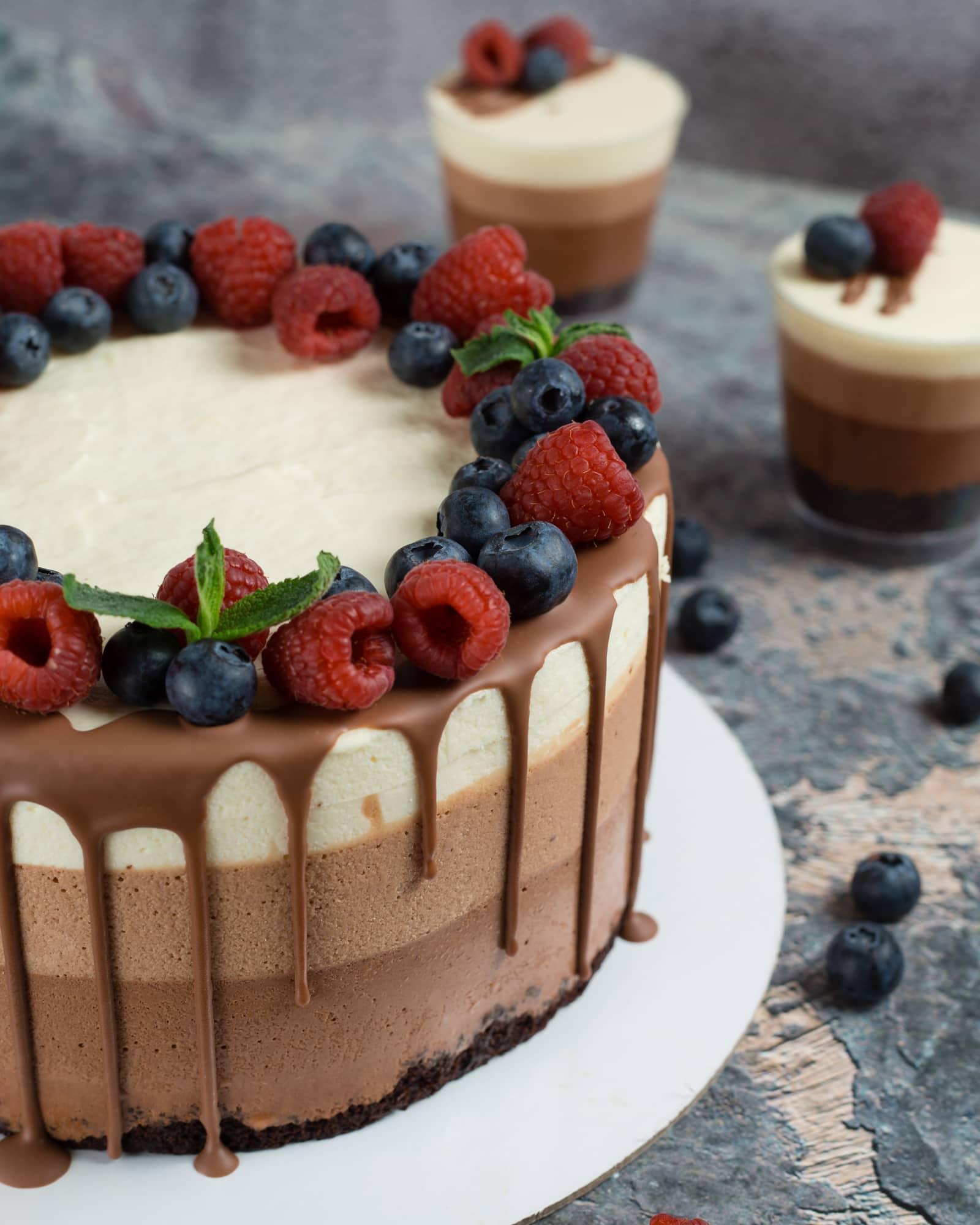 Декор муссового торта три шоколада малиной и черникой